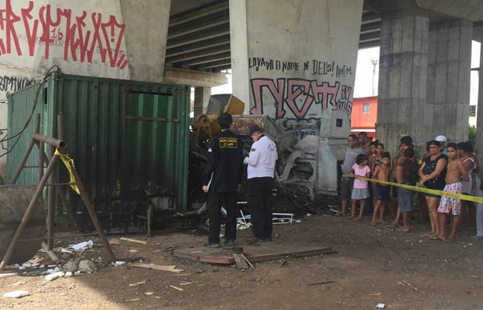 Homem foi encontrado morto e carbonizado embaixo do Viaduto Capitão Temudo, na Ilha de Joana Bezerra. Foto: Carol Sá Leitão/ DP