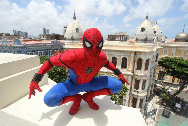 O Viver convidou o Homem-Aranha para ensaio no Marco Zero. Foto: Nando Chiappetta/DP