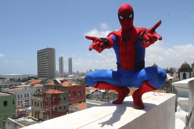 Jall de Oliveira reproduz os trejeitos do herói dos quadrinhos. Foto: Nando Chiappetta/DP