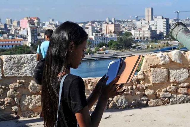 Ao mesmo tempo em que tenta alcançar a nova geração de leitores, Cuba enfrenta os desafios de ampliar o acesso à internet - Foto: Yamil Lage/AFP