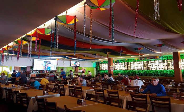 No Betos Bar, em Jaboatão dos Guararapes,  movimento é semelhante aos outros meses do ano. Crédito: Roberto Farias/ Divulgação