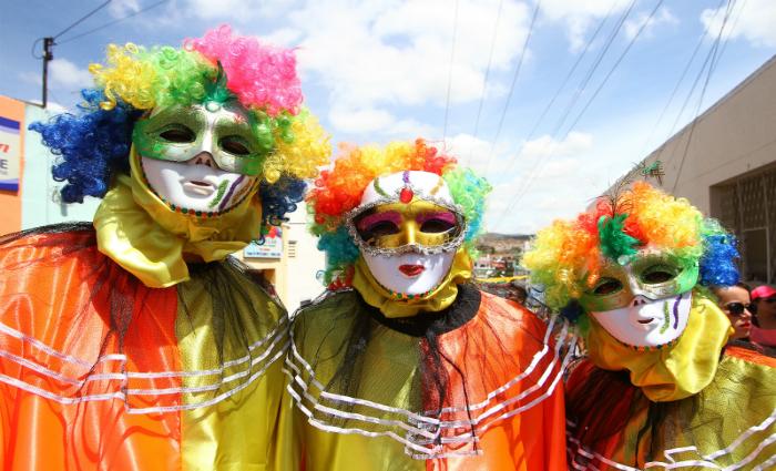 Amigos escolhem cores vivas para alegrar ainda mais o Carnaval. Foto: Paulo Paiva/DP