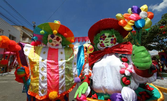 Papangu florista e caboclo de lança moderno mostram que Carnaval não tem regra. Foto: Paulo Paiva/DP