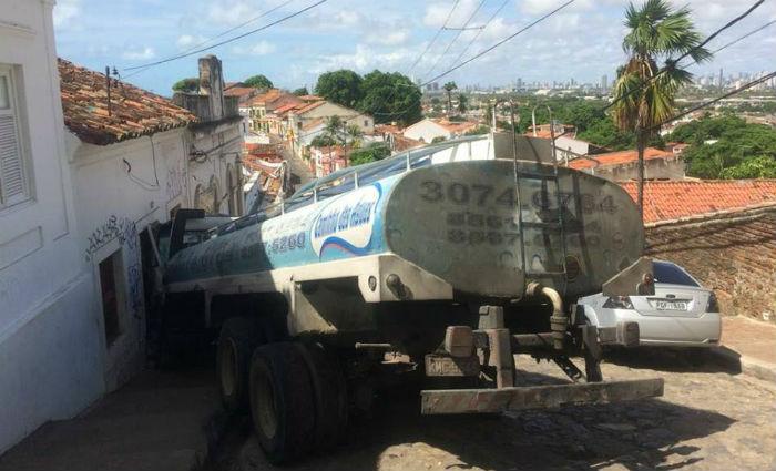 Caminhão-pipa desgovernado atinge casa na Ladeira da Misericórdia.Foto: Nando Chiappetta/ DP