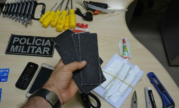 Foram apreendidos R$ 557, dois telefones celulares, dois cartões magnéticos, chaves de fenda, lixa, estilete, alicate, ferro de solda e tesoura.Foto: PF/ Divulgação