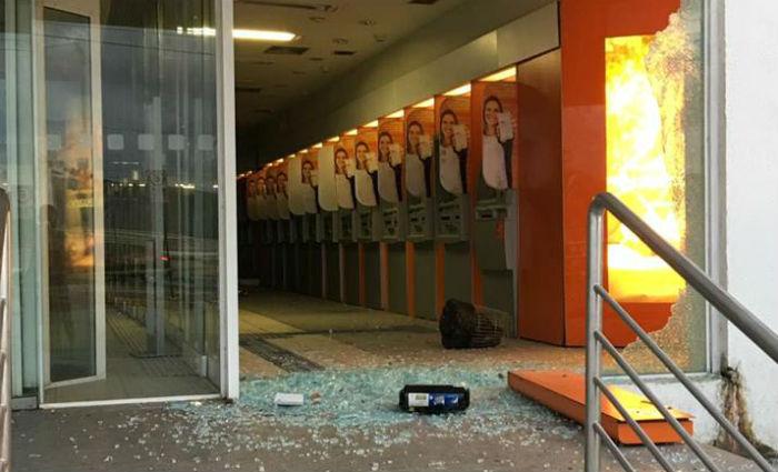 Quadrilha explodiu equipamentos do Banco do Brasil e do Itaú e invadiu ainda a agência da Caixa Econômica Federal. Foto: Reprodução/ WhatsApp