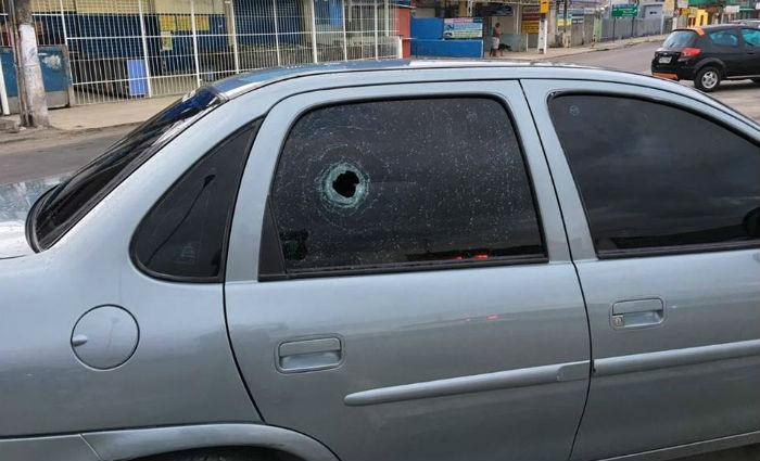 Motorista, que passava em frente ao Banco do Brasil, também teve o carro alvejado a tiros, mas não foi ferido.Foto: Reprodução/ WhatsApp