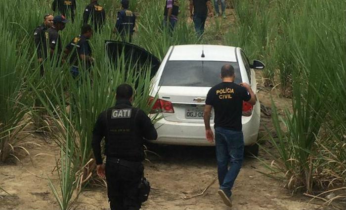 Carro utilizado na investida foi achado perto dos corpos dos suspeitos e, dentro do veículo, material explosivo. Foto: Wagner Oliveira/ DP