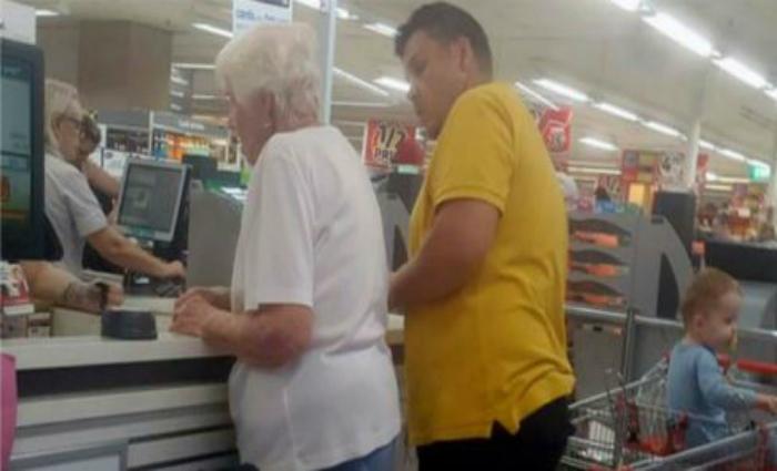 Enquanto fazia compras num supermercado com os filhos, o homem se comoveu ao ver uma idosa ter seu cartão recusado inúmeras vezes na fila do caixa Foto: reprodução/Twitter