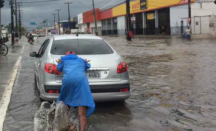 Um grupo de jovens estava se oferecendo para empurrar os veículos que estancavam na Av. Marechal Mascarenhas de Morais.  Foto: Wagner Oliveira/DP