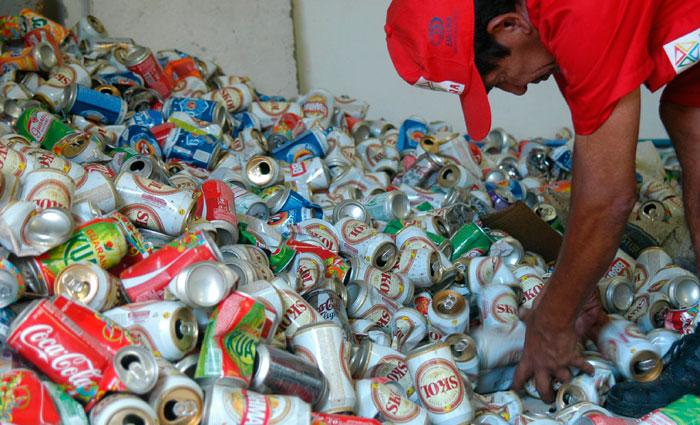 O material de maior valor são as latas de alumínio. Foto: Jaqueline Maia/DP/Arquivo