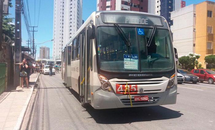 Ônibus da linha Piedade/Conde da Boa Vista foi alvo de tentativa de assalto. Foto: Thamires Oliveira/Esp. DP