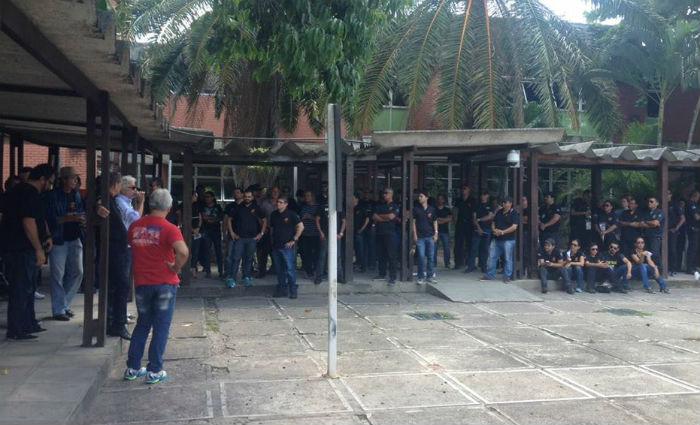 Grevistas se reuniram em assembleia na manhã desta quarta-feira, no pátio da sede do Detran. Foto: Ana Paula Neiva/ DP