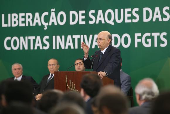 Pode fazer o saque quem teve contratos de trabalho encerrados até 31 de dezembro de 2015. Foto: Antonio Cruz/Agência Brasil