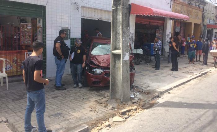 Acidente deixa dois feridos na avenina Cruz Cabugá. Foto: Wagner Oliveira/DP