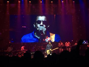 Jorge entra em cena na metade do espetáculo, engatando composições emblemáticas da carreira. Foto: Larissa Lins/DP