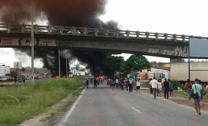 Manifestantes queimaram pneus e fecharam a BR-101 nas imediações do viaduto de Jardim São Paulo. Foto: Mileide Riso/ Cortesia