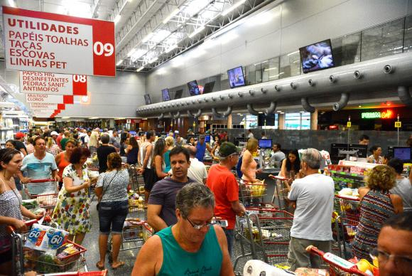 Mercado financeiro espera que inflação caia para 4,15% este ano, o que pode reduzir o custo de vida. Foto: Tânia Rêgo/Agência Brasil
