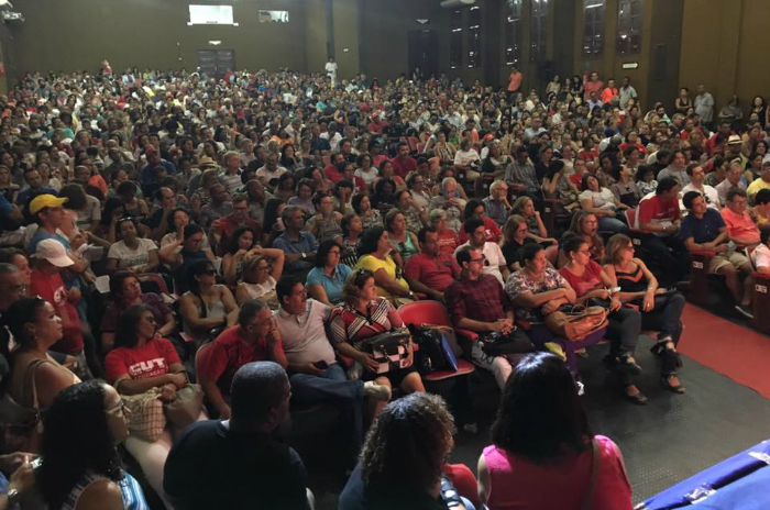 Pernambuco State teachers decide to suspend strike and give one month for the government to answer their demands. Municipal teachers  of Recife still strike and will protest on Wednesday.