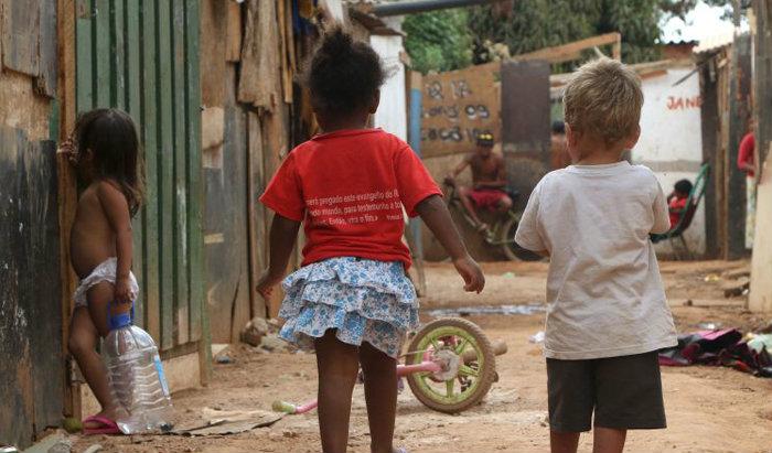 Crianças brincam em rua na Estrutural, em Brasília: apesar de avanços em ações para a faixa etária, na opinião de especialistas, o país tem muito a evoluir. Foto: Rodrigo Nunes/Esp CB/D.A Press