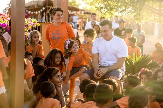 Ele também visitou a ONG Amigos do Bem, que leva roupas, livros e assistência médica para a cidade. Foto: Marcos Roichman
