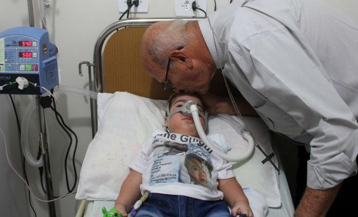 Arcebispo visita bebê com Atrofia Muscular Espinhal. Foto: Arquidiocese de Olinda e Recife/ Divulgação
