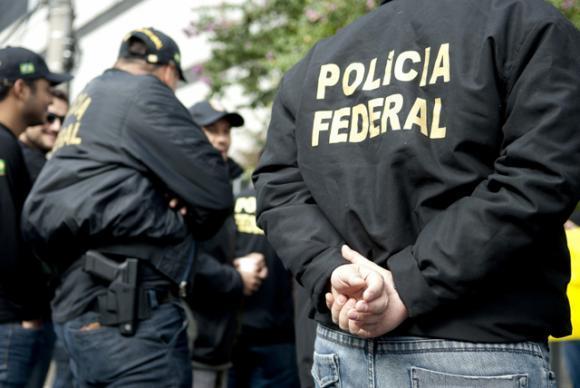 Os policiais federais prometem devolver as armas à instituição caso a reivindicação não seja atendida. Foto: Marcelo Camargo/Arquivo/Agência Brasil