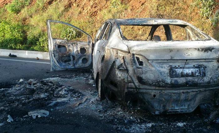 Bandidos espalharam grampos pela pista e incendiando um veículo, para dificultar a perseguição policial. Foto: Reprodução/ WhatsApp