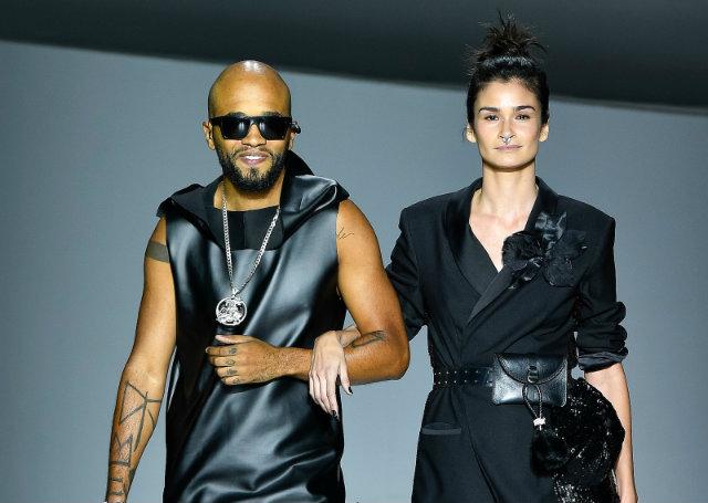 O rapper Rnegado, acompanhado pela top Carol Ribeiro, no desfile de abertura do Minas Trend. Foto: Zé Takahashi/Fotosite