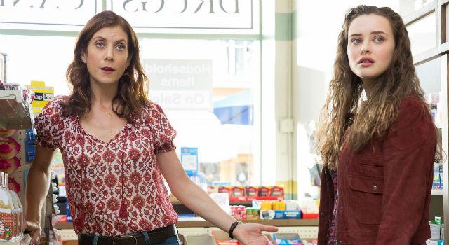 Hannah e a mãe no seriado: omissão familiar é um dos temas abordados. Foto: Netflix/Divulgação