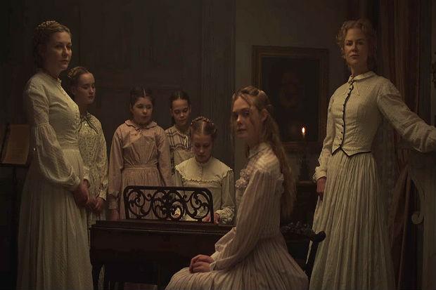 Kirsten Dunst (à esq.), Elle Fanning (sentada, ao centro) e Nicole Kidman (à direita) participam do filme O Enganado, de Sofia Coppola. Crédito: American Zoetrope/Divulgação