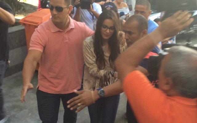 Emilly chegou ao local escoltada por seguranças. Foto: Twitter/Reprodução