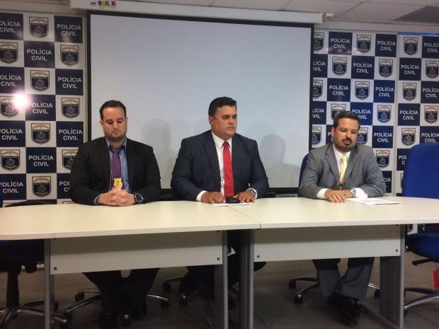 De acordo com o gestor da Polícia Civil, Joselito Kherle (centro), Fentes foi indiciado por corrupção passiva e falsidade ideológica. Foto: Wagner Oliveira/DP.