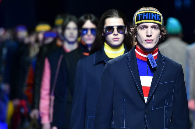 Cores fortes, sobretudo em contraste com preto e azul marinho, cruzaram as passarelas da Semana de Moda Masculina de Milão. Foto: Giuseppe Cacace/AFP Photo