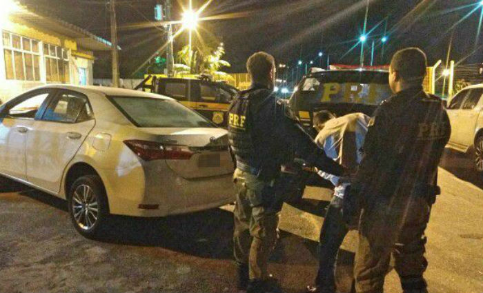 Trio é detido em flagrante com arma e veículo de luxo roubado na BR-101 Norte. Foto: PRF/ Divulgação