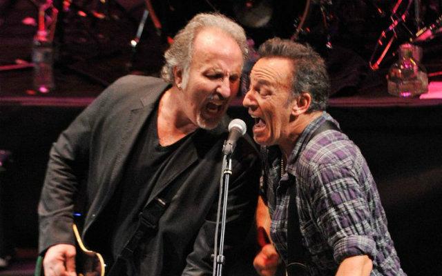 Joe Grushecky e Bruce Springsteen em show em 2012 . Foto: Mike Coppola/Divulgação