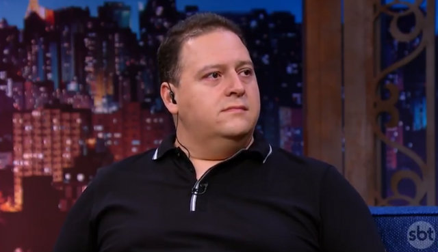 Juan Escobar concede entrevista a Danilo Gentili, no The Noite. Foto: SBT/Reprodução