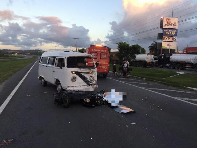 Neste último trecho, o motorista de uma Kombi voltou pela contramão e colidiu de frente com uma motocicleta. Foto: PRF/Divulgação