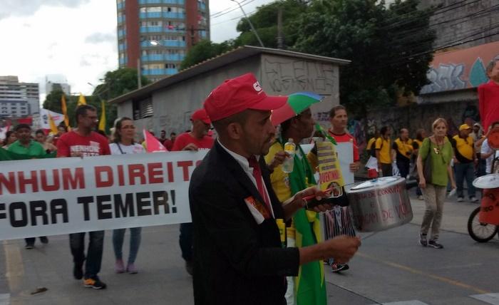 Adilson Soares de Lima, 31 anos, bateu panelas ao longo do protesto para ironizar o movimento que ajudou a derrubar Dilma Rousseff no ano passado. Foto: Rosália Rangel/DP