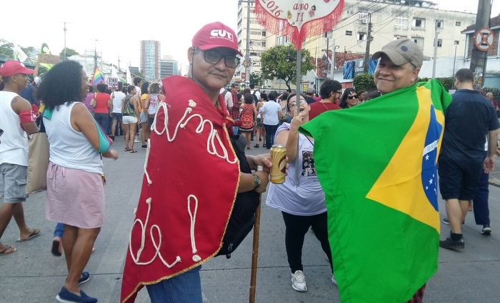 Segundo o funcionário público José de Oliveira, a bandeira do Brasil não pertence a nenhum movimento específico. É do povo. Foto: Aline Moura/DP