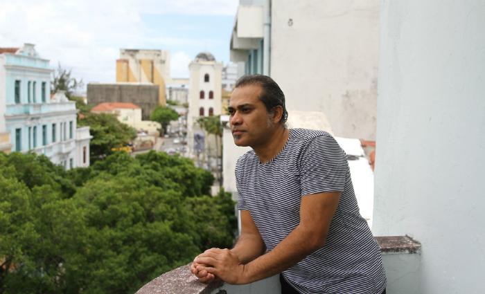 César Barros vive em um prédio próximo ao Marco Zero, no centro do bairro. Foto: Julio Jacobina/DP