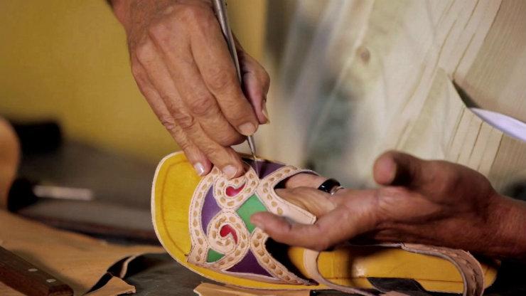Espedito Seleiro faz as sandálias de couro à mão. Os solados quadrados são feitos somente sob encomenda. O talento é coisa de família. Foto: Vimeo/Reprodução
