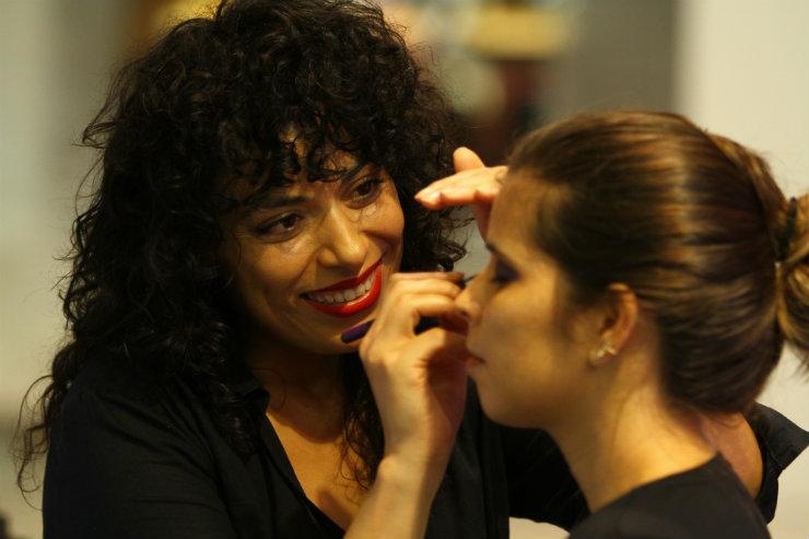 Fabiana Gomes, maquiadora senior da canadense MAC, dá dicas de como preparar a pele para receber os metalizados. Foto: Peu Ricardo/DP