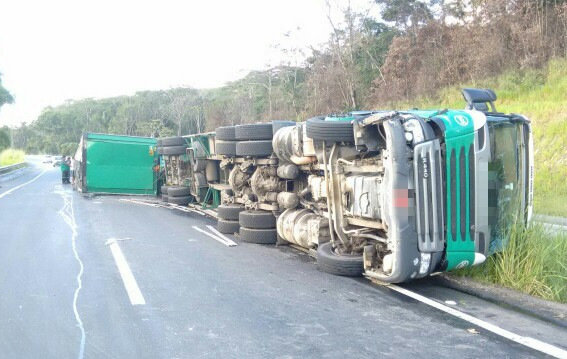 Foi preciso interditar uma das faixas no acidente em Goiana (PRF / Divulgação)