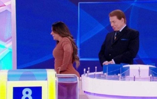 Silvio Santos perguntou se o bumbum da cantora era um travesseiro. Foto: Twitter/Reprodução