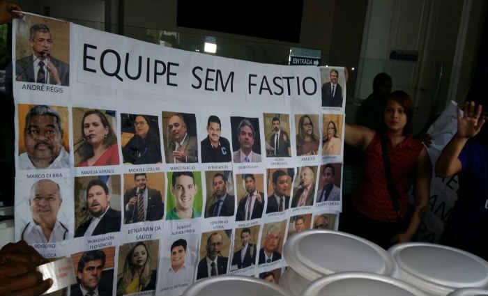 Protesto ironiza o alto valor utilizado pelos vereadores para alimentação, de mais de R$ 3 mil. Foto: Aline Moura/DP