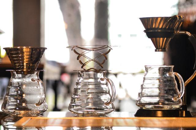 A Kaffe realiza torra de grãos e serve café de diferentes métodos de filtragem como Kalita, Alto Air e Hario V60. Foto: Eudes Santana/Divulgação