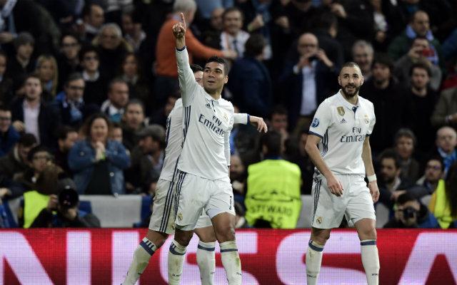 Jogador brasileiro Casemiro, do Real Madrid, comemora gol ao lado do colega de time Karim Benzema. Foto: Javier Soriano/AFP