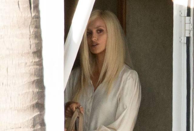 36e0f9ef5 Penélope Cruz está com os cabelos platinados e forte maquiagem, as marcas  registradas de Donatella