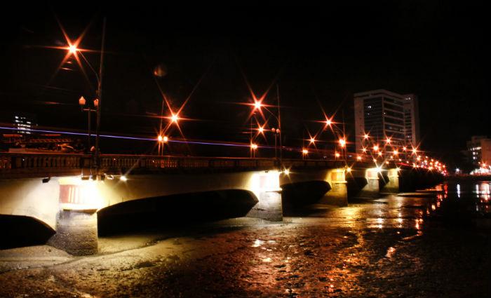 Adolescente foi resgatada do parapeito da Ponte Buarque de Macedo na noite desta segunda-feira.Foto: Paulo Paiva/DP